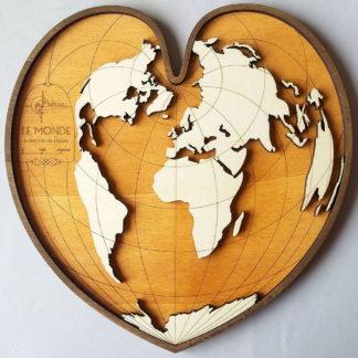 carte du monde en bois dans un coeur