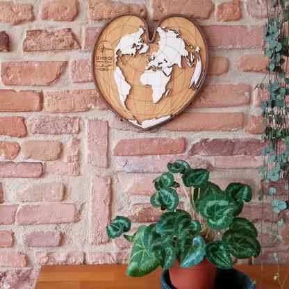 carte du monde en bois petit coeur