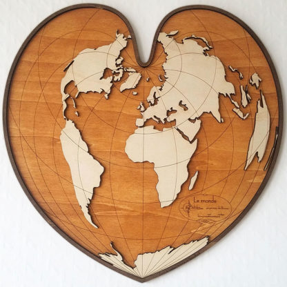 carte du monde en bois grand coeur