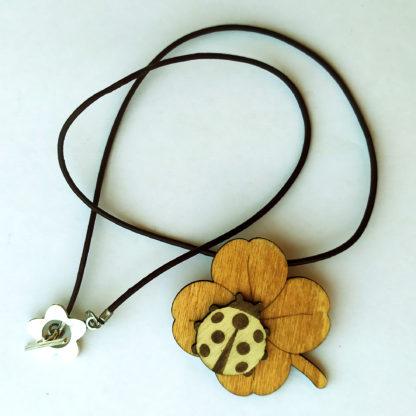 pendentif porte bonheur en bois