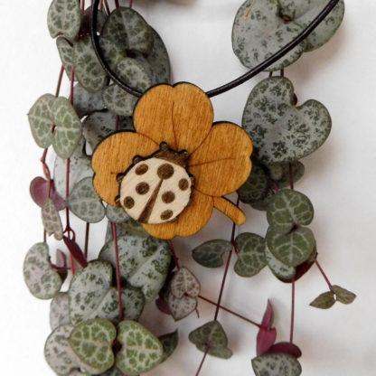 pendentif coccinelle et trèfle à 4 feuilles
