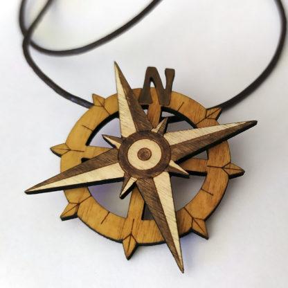 pendentif en bois en boussole