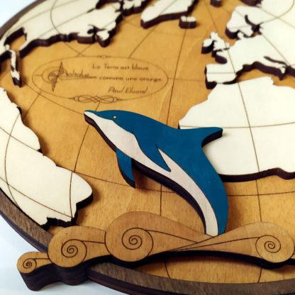 Dauphin en bois dans océan atlantique