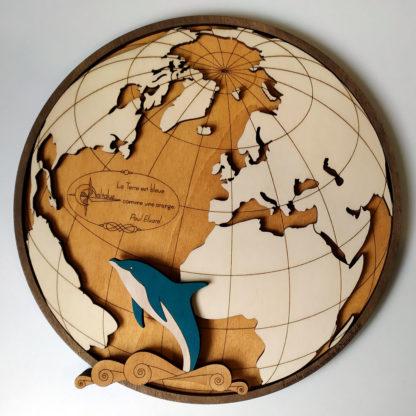 carte du monde en bois avec dauphin