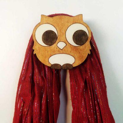 patère en bois avec foulard